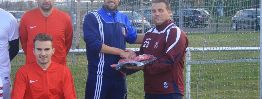 Übergabe vom Sponsor Alexander von Meer (rechts) an Trainer Michael Gammel (links)